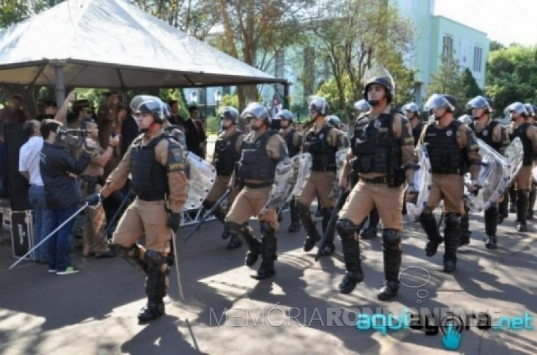 Aspecto do desfile militar comemorativo aos 161 anos da Polícia Militar do Estado do Paraná, na Rua Sergipe, junto a Praça Willy Barth, no dia 20 de agosto de 2015. Imagem: Acervo AquiAgora.net - FOTO 11 –
