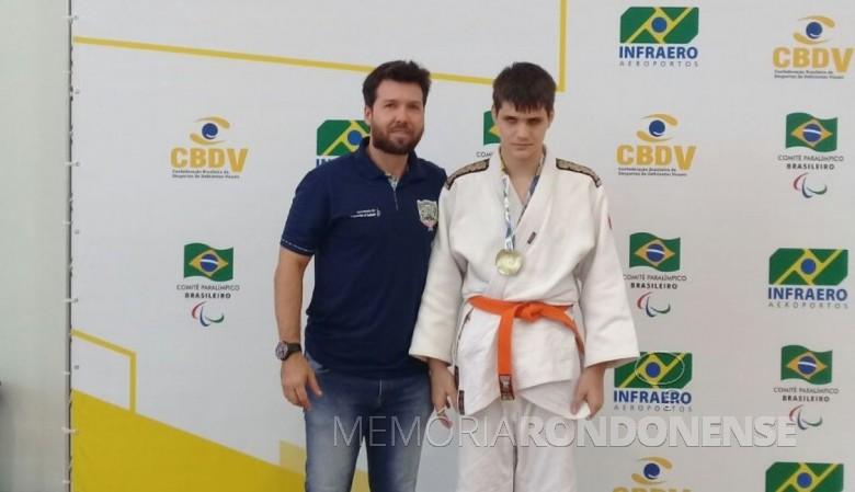 O judoca  Gustavo  Alberto  Ohse  Hanke, medalhista de ouro, com o servidor Digo Schneider.  Imagem: Acervo Imprensa - PM-MCR - FOTO 8 -