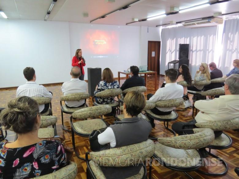 Deputada federal Leandre Dal Ponte fazendo a apresentação de seu projeto de lei, conhecido como Universidade da Criança,  no auditório do SESC de Marechal Cândido Rondon.  Imagem: Acervo O Presente - FOTO 16 -