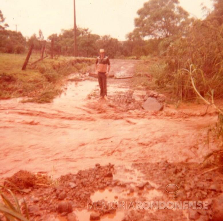 Arroio Fundo obstruindo passagem na enchente de 1983, na Linha Heidrich, no município de Marechal Cândido Rondon.  Imagem: Acervo de Sônia Vorpagel Tischer - FOTO 13 -