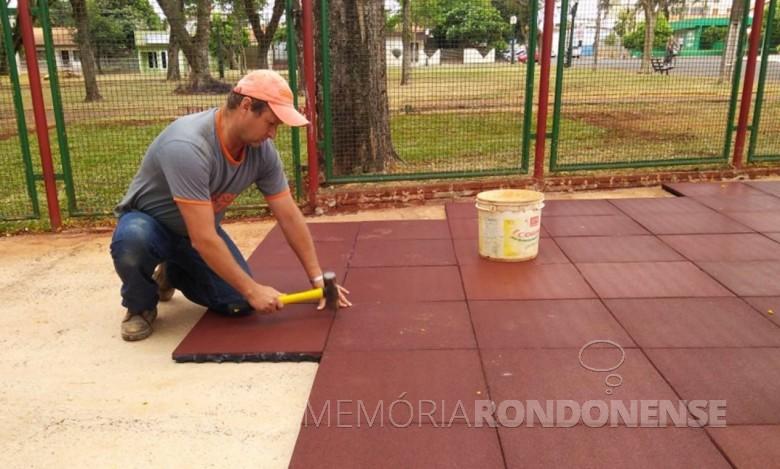Implantação do piso emborrachado no parque infantil de Praça 31 de Outubro.  Imagem: Acervo Imprensa PM-MCR - FOTO 6 -