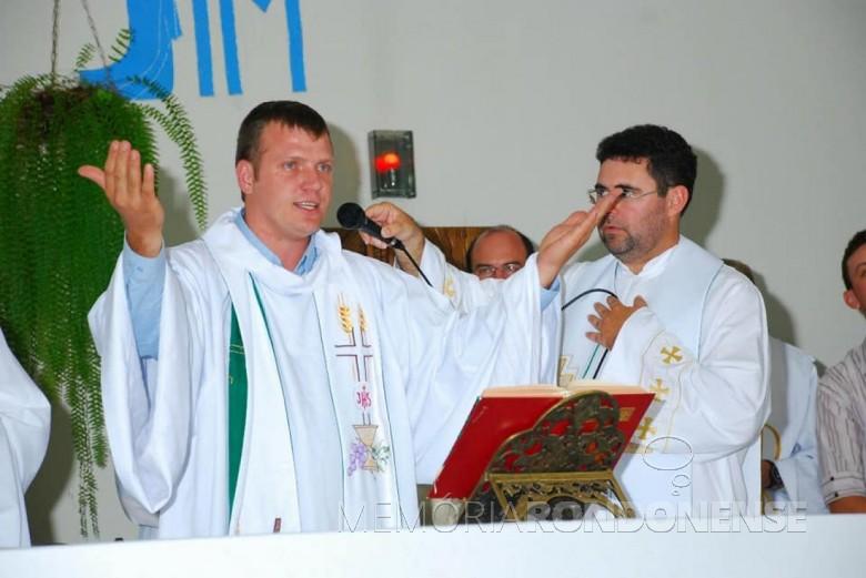 Padre Neimar Troes celebrando a sua primeira missa em São Roque tendo como concelebrante o seu padrinho de ordenação, o padre Nelton Henkemeier.  Imagem: Acervo pessoal - FOTO 1 -