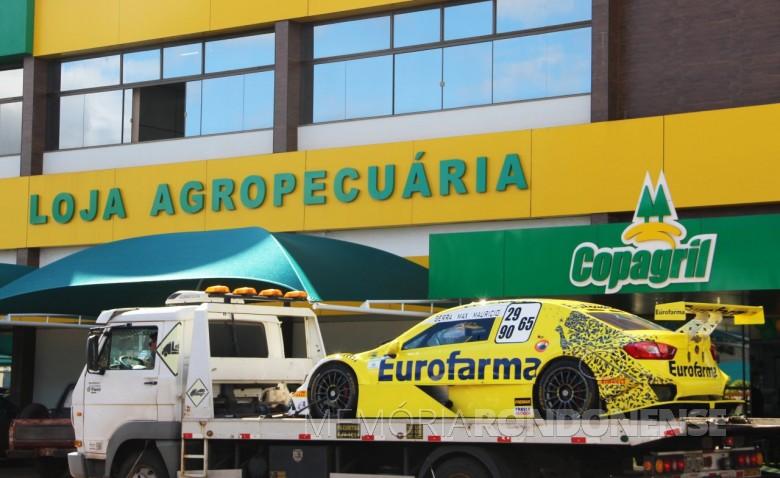 Carro Stock Car exibido em frente a Loja Agropecuária da Copagril, na sede central, em Marechal Cândido Rondon.  Imagem: Acervo Comunicação Copagril - Crédito: Fernando Ames - FOTO 12 -
