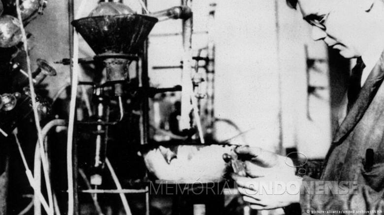Químico Wallace Hume Carothers em seu laboratório da Du Pont.  Imagem: Deutsche Welle - FOTO 2 -