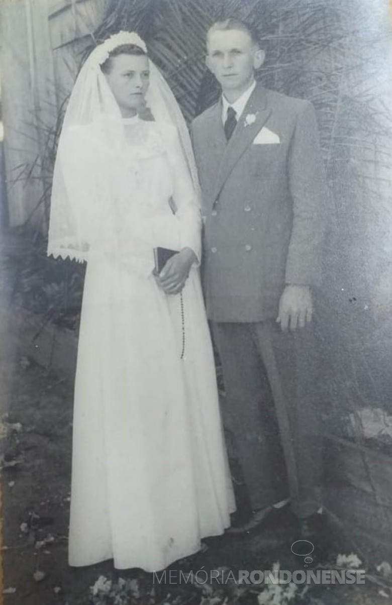 Noivos Carlota Stenzel e Vicente Lauro Lang que casaram-se em Quatro Pontes, em outubro de 1953. Imagem: Acervo da Família. - FOTO 3 --