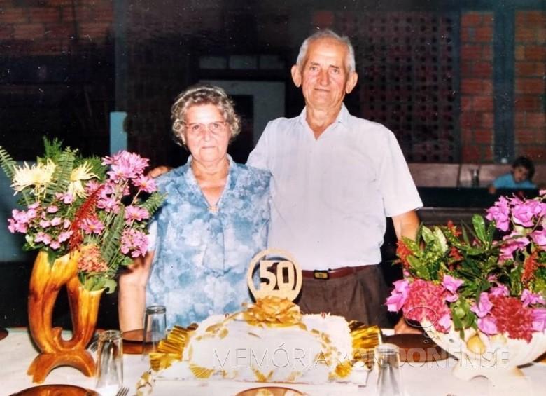Casal Ervina e Reinoldo Roberto Wulff, em fotografia tirada na comemoração de suas Bodas de Ouro, em 1990.  Imagem: Acervo Davi Wulff - FOTO 1 -