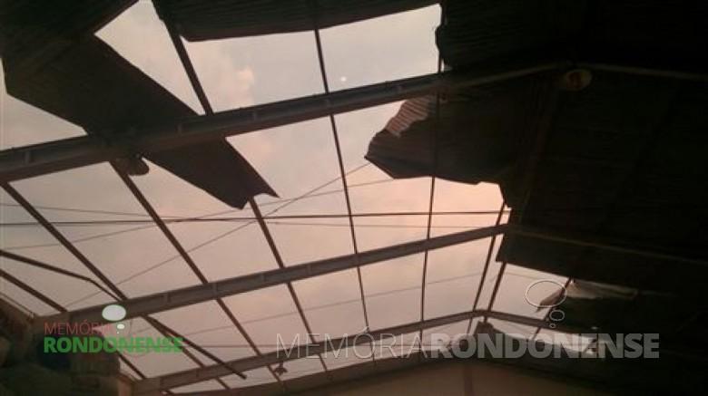 Parte do telhado  do depósito do entreposto da C-Vale, em Alto Santa Fé, pelo vendaval e chuvas que ocorreram no inicio da noite de 24 de setembro de 2015. Imagem: Acervo O Presente/ Elizangela Johann - FOTO 7 -