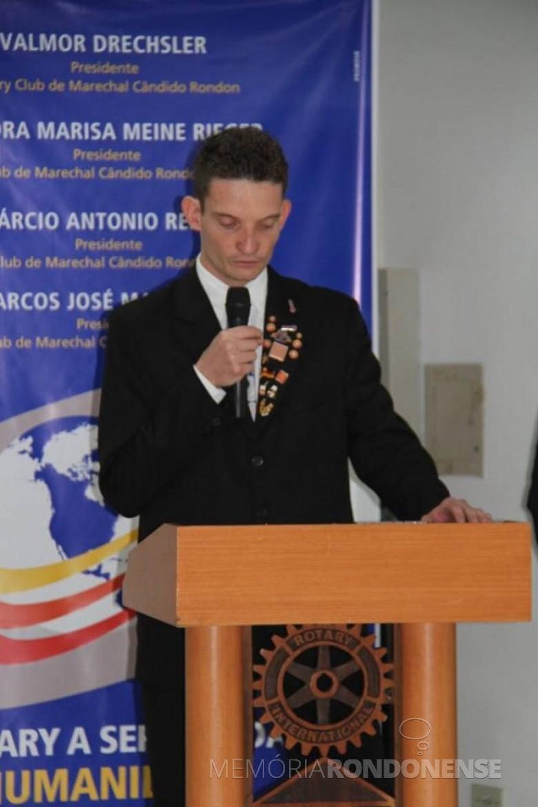 Rondonense Maico Pfeifer tomando posse no Rotaract Club de Marechal Cândido Rondon, em julho de 2015.  Imagem: Acervo pessoal - FOTO 6 -