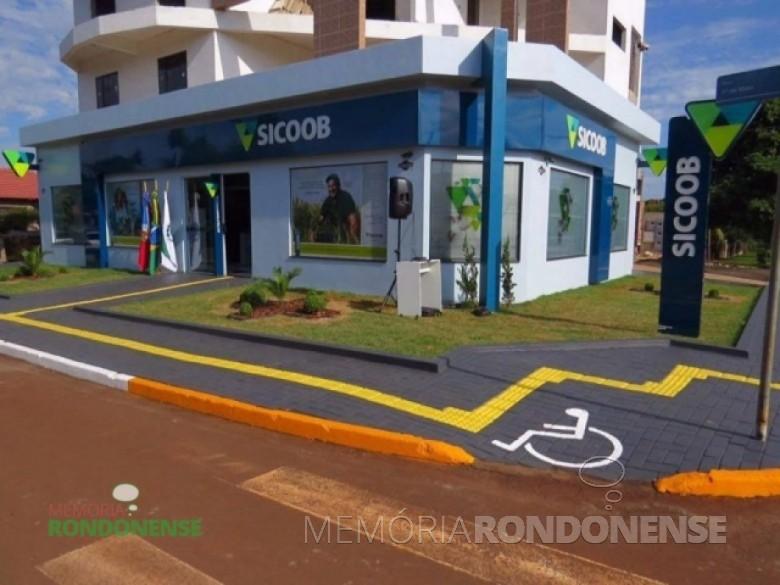 Vista da agência do SICOOB - Marechal Cândido Rondon na sede municipal de Quatro Pontes, inaugurada em 09 de novembro de 2015. Imagem: Acervo AquiAgora.net – FOTO 10 -