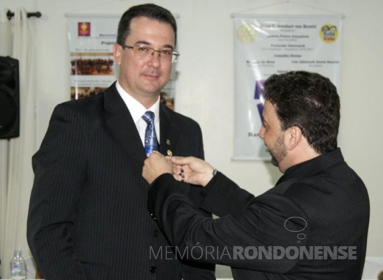 O rotariano Douglas Roesler recebendo o distintivo de presidente de seu antecessor  professor Affonso Celso Gonçalves Júnior.  Imagem: Acervo AquiAgora.net - FOTO 5 -