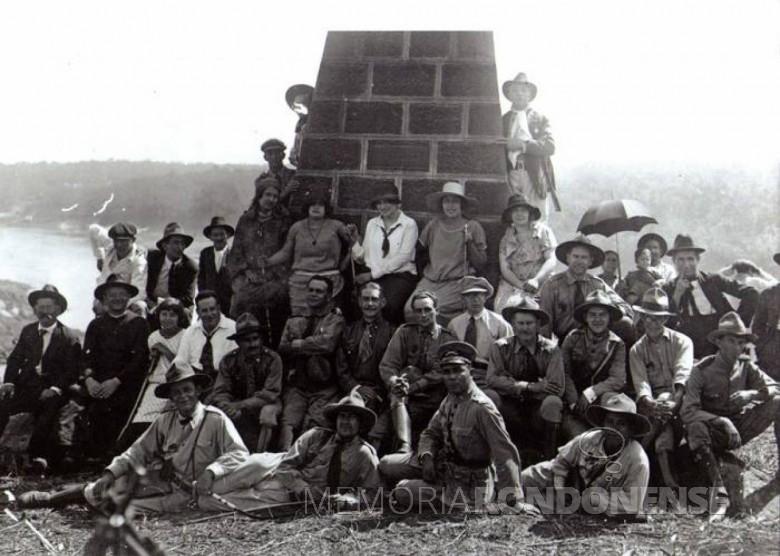 Monsenhor Guilherme Thiletzek, falecido em 26 de fevereiro de 1937, junto ao revolucionários e simpatizantes da Coluna Prestes, no Marco das Três Fronteiras, em Foz do Iguaçu. Imagem: Acervo  ... - FOTO 1 –
