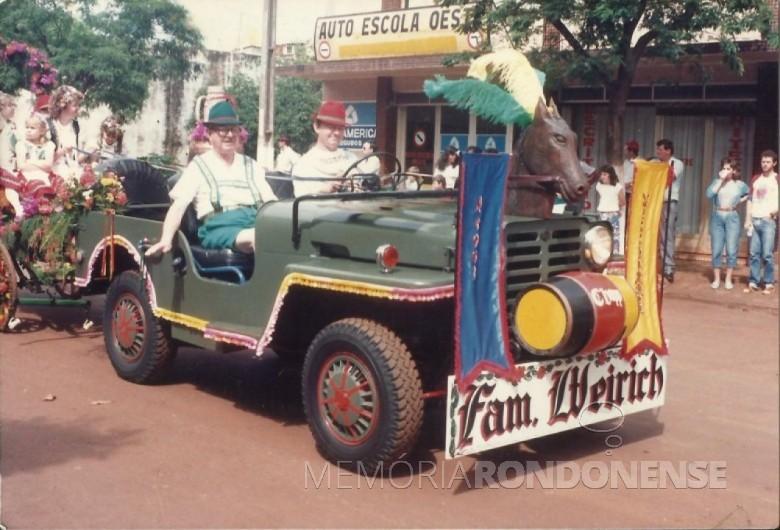 Pioneiro Benno Weirich (de chapéu verde), num desfile  de Oktoberfes, na Rua Sete de Setembro, tendo ao seu lado o filho Ilo e atrás do jipe numa charrete seus familiares.  Imagem: Acervo Andrea Weirich - FOTO 7 -
