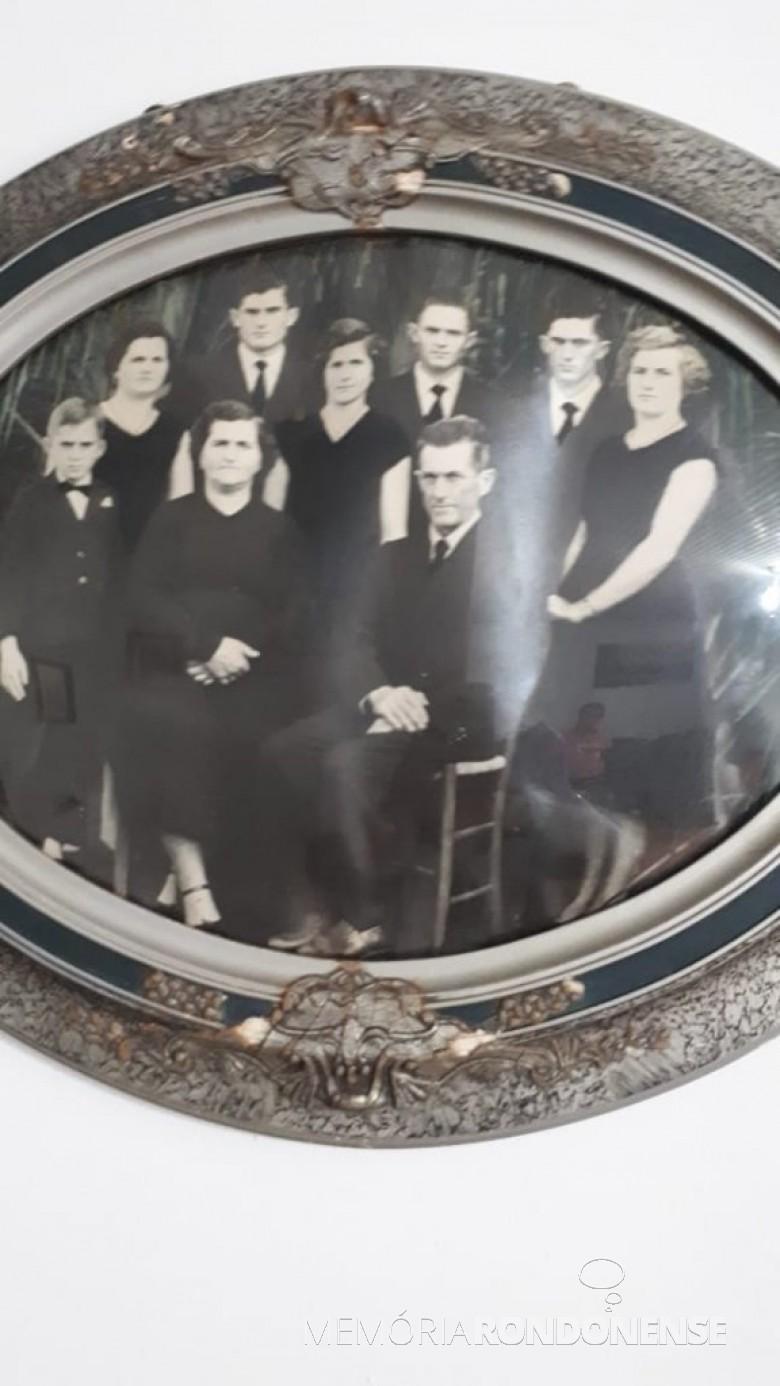 Casal Elza e Hermann Paulo Ladwig, com os filhos, que chegaram de mudança no O este do Paraná, em começo de agosto de 1953.  Imagem: Acervo da família - FOTO 1 -