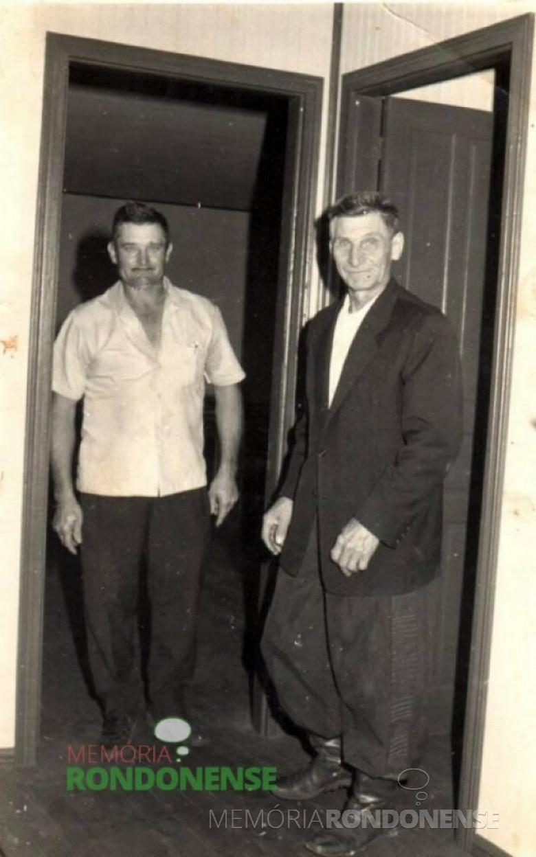 O pioneiro Armin Lindner, à esquerda,  com o vizinho Carlos Henrique Jope, na solenidade de inauguração da então Escola Municipal Vasco do Gama, em Esquina Guaíra, em 1972. Imagem: Acervo Claudio e Merci Lindner - FOTO 45-
