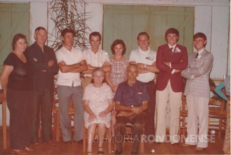 Pioneiro Oswaldo Weber, sentado, com a esposa Lidia.  Em pé, da esquerda à direita, os filhos: Nelda, Alceno, Nilo, Liro,  Broni, Ivo, Odaria e Bruno.  Imagem: Acervo da família - FOTO 9 -