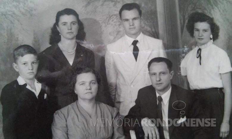Casal João e Azira Saatkamp com os filhos Romeu, Leocádia, Amário e Julia, que chegou a então Vila de General Rondon em maio de 1957.  Imagem: Acervo Venilda Saatkamp - FOTO 1 -