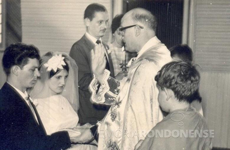 Casamento relegioso dos jovens Emilia Klein e Rudi Antonio Leobet oficiado pelo padre Aloísio Baumeister.  Imagem: Acervo Adriana Leobet Bregoli - FOTO 1 -