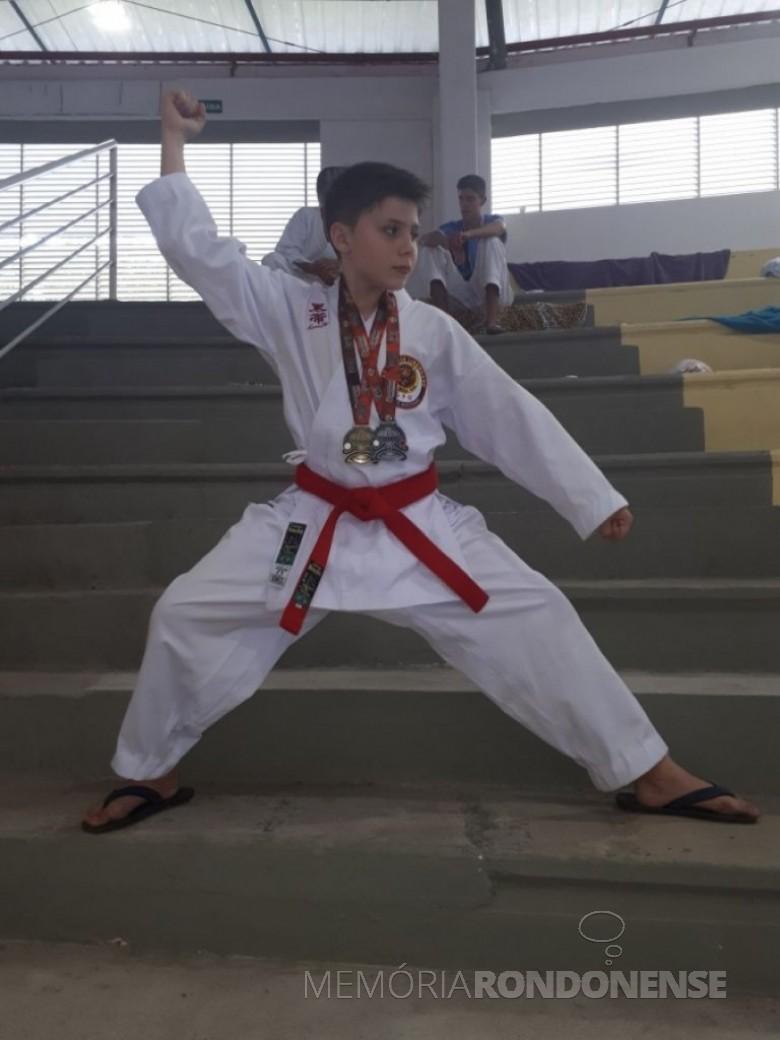 Karateca Arthur Haupt Pacheco com as medalhas conquistadas em Itapecirica da Serra.  Imagem: Acervo O Presente - FOTO 5 --