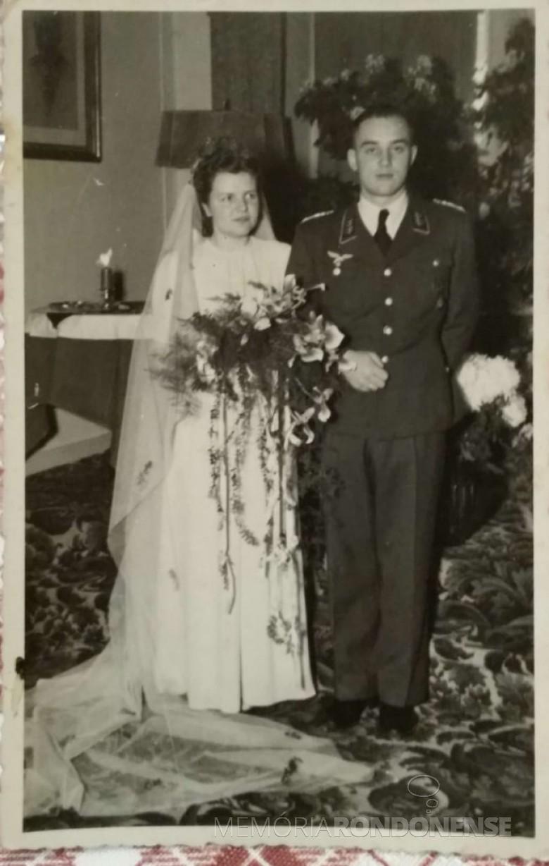 Os jovens Ingrun Klagges e Friedrich Rupprecht Seyboth, em foto especial, de seu casamento, em novembro de 1944.  Imagem: Acervo Dietrich Seyboth (Dr. Hippi) - FOTO 1 -