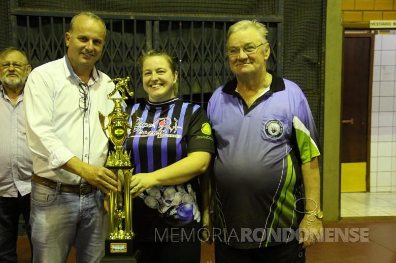 Jogadora Marli Kamphorst recebendo o troféu