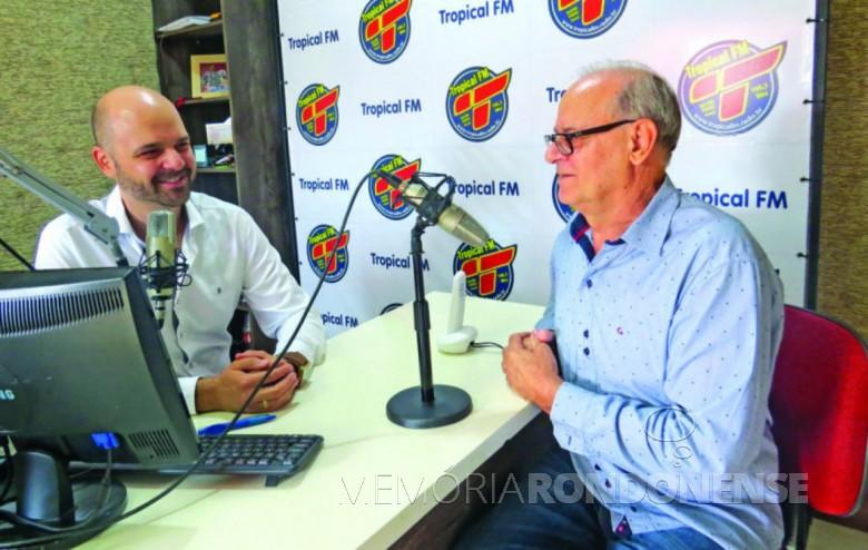 Diego (e) e Afonso Francener, filho e pai, atuando juntos na Rádio Tropical FM, de Quatro Pontes.  Imagem: Acervo O Presente - FOTO 12 -
