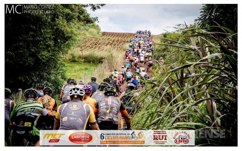 Instante de ciclistas pedalando em estrada do interior do município de Marechal Cândido Rondon.  Imagens: Acervo Adetur - Crédito: Clóvis Froelich - FOTO 6 -