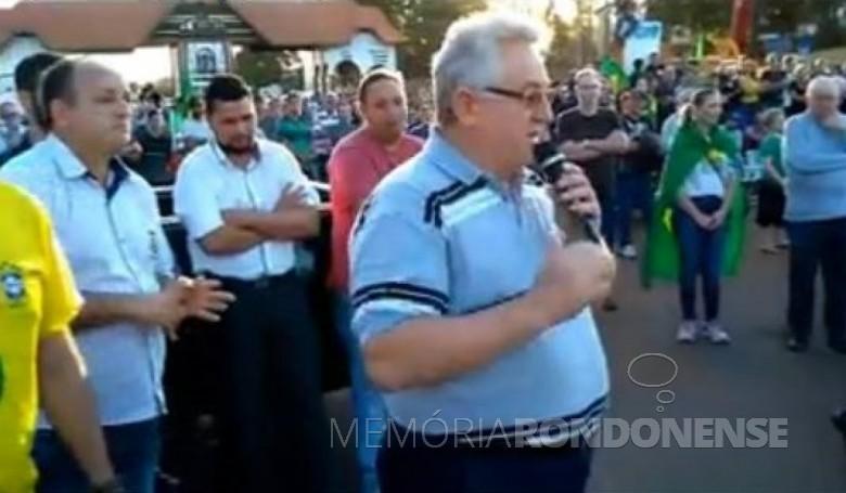 Padre Solano Tambosi em sua alocação durante o manifesto de apoio à paralisação dos caminhoneiros.  À esquerda, de camisa azul e calvo, prefeito municipal de Quatro Pontes, João Laufer. Imagem: Marechal News - FOTO 10 -