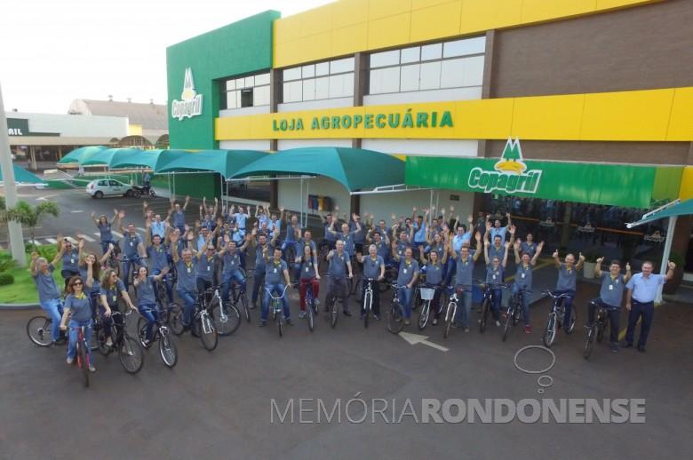 Concentração de ciclistas, cedo,  em frente à Loja Agropecuária Copagril, na sede central da cooperativa, para registro fotográfico.  Imagem: Acervo Imprensa Copagril - Crédito: Carina Walker Ribeiro - FOTO 5 -