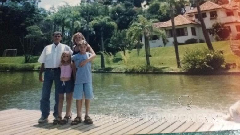 Jorge Deusdite Vasques com a esposa Isa e os filhos Guilherme Augusto e Bruna Gabriela.  Imagem: Acervo da família - FOTO 14 -