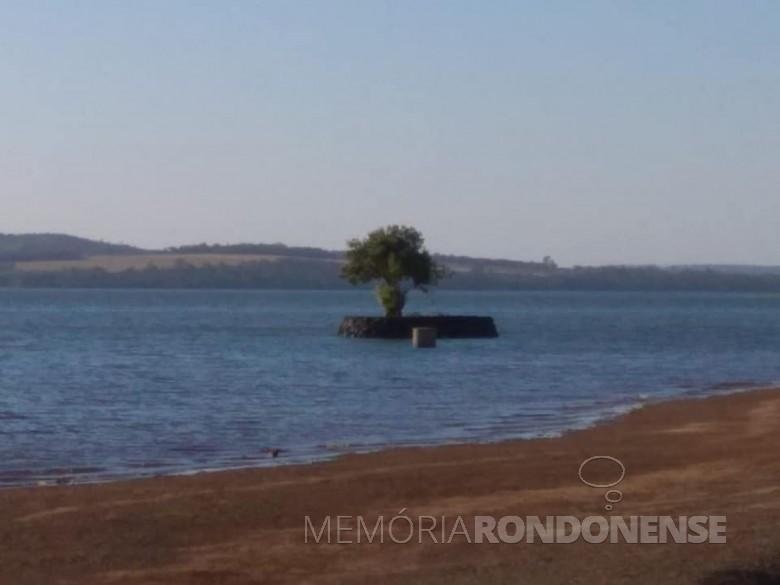 Esta ilhota formada nas águas represadas no Rio Paraná, no Parque de Lazer Annita Wanderer, na sede distrital de Porto Mendes, é obra do pioneiro do distrito e administrador do distrito, senhor Willibaldo Hoppe. Para a família ela é conhecida com a