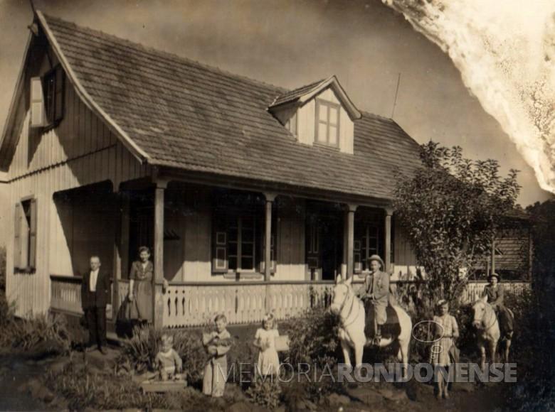 Armino Port e família junto ao sua residência em Luzerna, SC, antes de mudar-se para Marechal Rondon.  Imagem: Acervo Gustavo Port  - FOTO 1 -