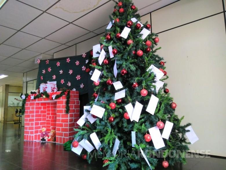 Árvore de Natal instalada no hall de entrada da Prefeitura  Municipal de Marechal Cândido Rondon para receber as cartinhas da campanha