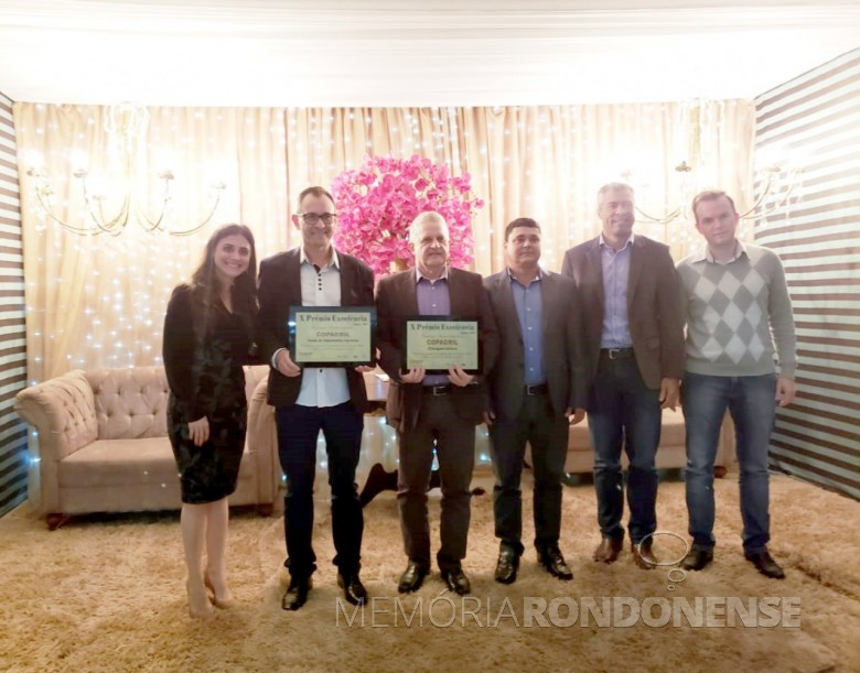 A Cooperativa Agroindustrial Copagril recebendo a premiação do 10º Prêmio Excelência, na cidade de Guaira.  Da esquerda à direita:  Lidiane Mazzuco Rossetto e  Mauro José Vanin, funcionários da unidade Guaíra da Copagril; Enoir José Primon, gerente da Divisão Agropecuária da Copagril; conselheiro da cooperativa, José Rosembrg; Diego Silva, supervisores das lojas agropecuárias da Copagril e Everton Doebber, funcionário do Departamento de Compras da cooperativa. Imagem: Acervo Comunicação Copagril - FOTO 8 -