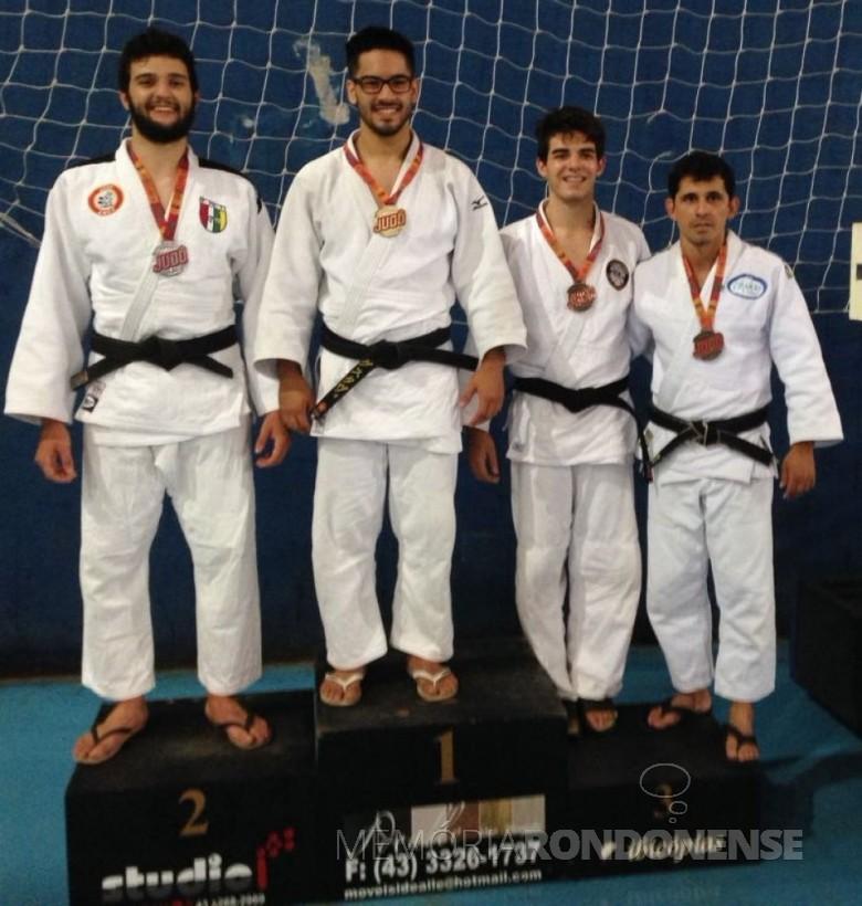 Judoca rondonense Felipe Endler Tavares do Nascimento no poidum com a medalha de bronze.  Imagem: Acervo Imprensa PM-Marechal Cândido Rondon - FOTO 3 -