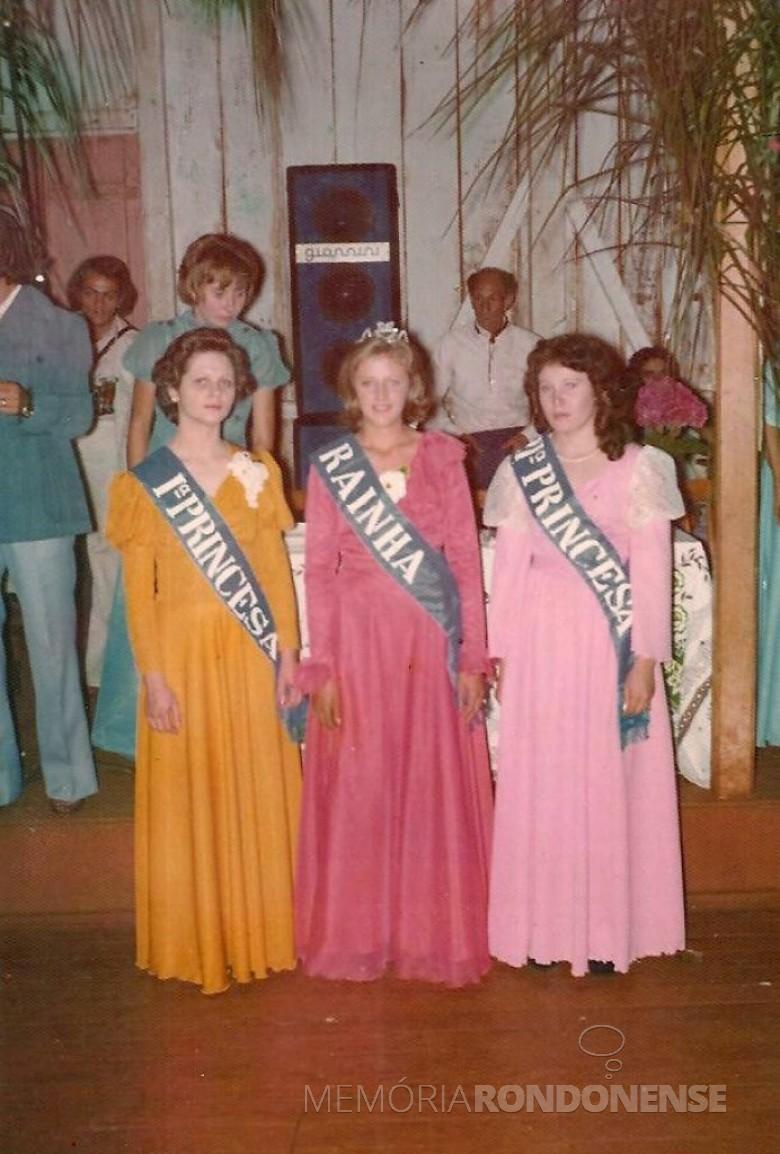 Elza Hofer, rainha dos estudantes 1977, do então Ginásio Cenecista Luiz Ernesto Fleck, de Iguiporã, ladeada pela 1ª princesa Edi Lemmertz (a) e Leonirce Kroessin (d).  Imagem: Acervo Elza Hofer - FOTO 7 -