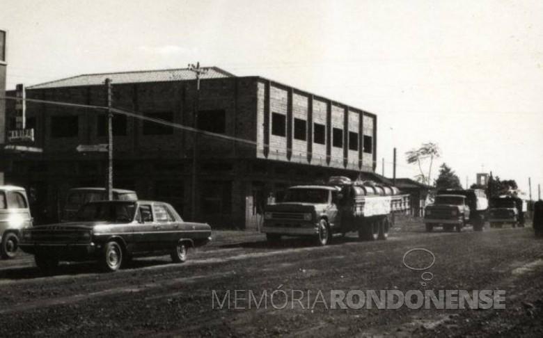 Prédio Ruppenthal em final de construção na década de 1970.  Imagem: Acervo Fundo Fotográfico de Marechal Cândido Rondon - FOTO 7 -