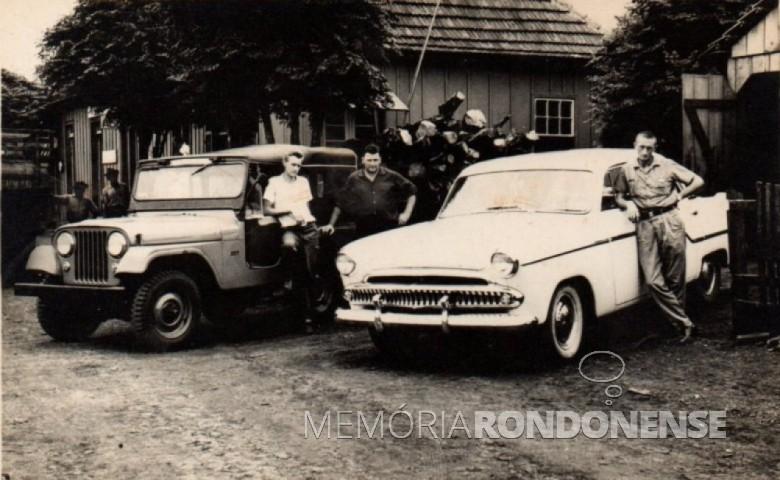 Roberto von Borstel (de camisa escura) com seus dois veículos-táxi. Á direita, o motorista é Arnildo Dickel. O condutor do veículo, à esquerda, não identificado. O jeep, às vezes, era conduzido pelo pioneiro  rondonense Geraldo Gustavo Lange, como informado por sua irmã Tusnelda Krummenauer.  Ao fundo, a construção, foi a primeira rodoviária de Marechal Cândido Rondon, conhecido como Bar Floresta, na administração da propriedade por Bruno Altmann.  -Imagem: Acervo Memória Rondonense - FOTO 2 -