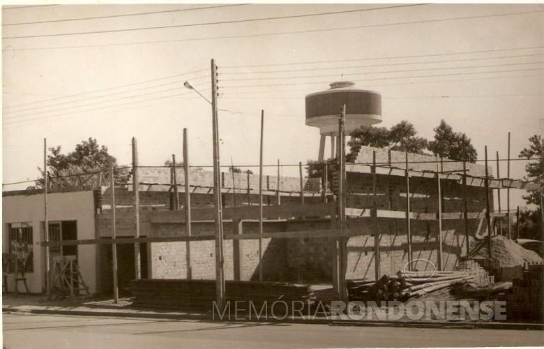 Farmácia Globo, à Avenida Rio Grande do Sul, em construção na segunda metade de 1960.  Imagem: Acervo Lino Della Giustina e Família  - FOTO 2 -