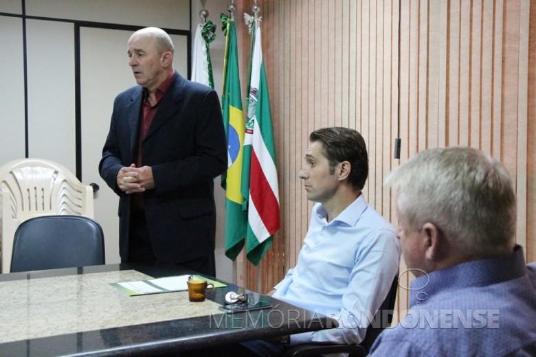 Walmor Mergener apresentando a sua despedida da Secretaria de Governo na presença do prefeito municipal Marcio Andrei Rauber  (c) e vice-prefeito Ilário Hofstaetter (Ila) e secretários.  Imagem: Acervo O Presente - FOTO 10 -