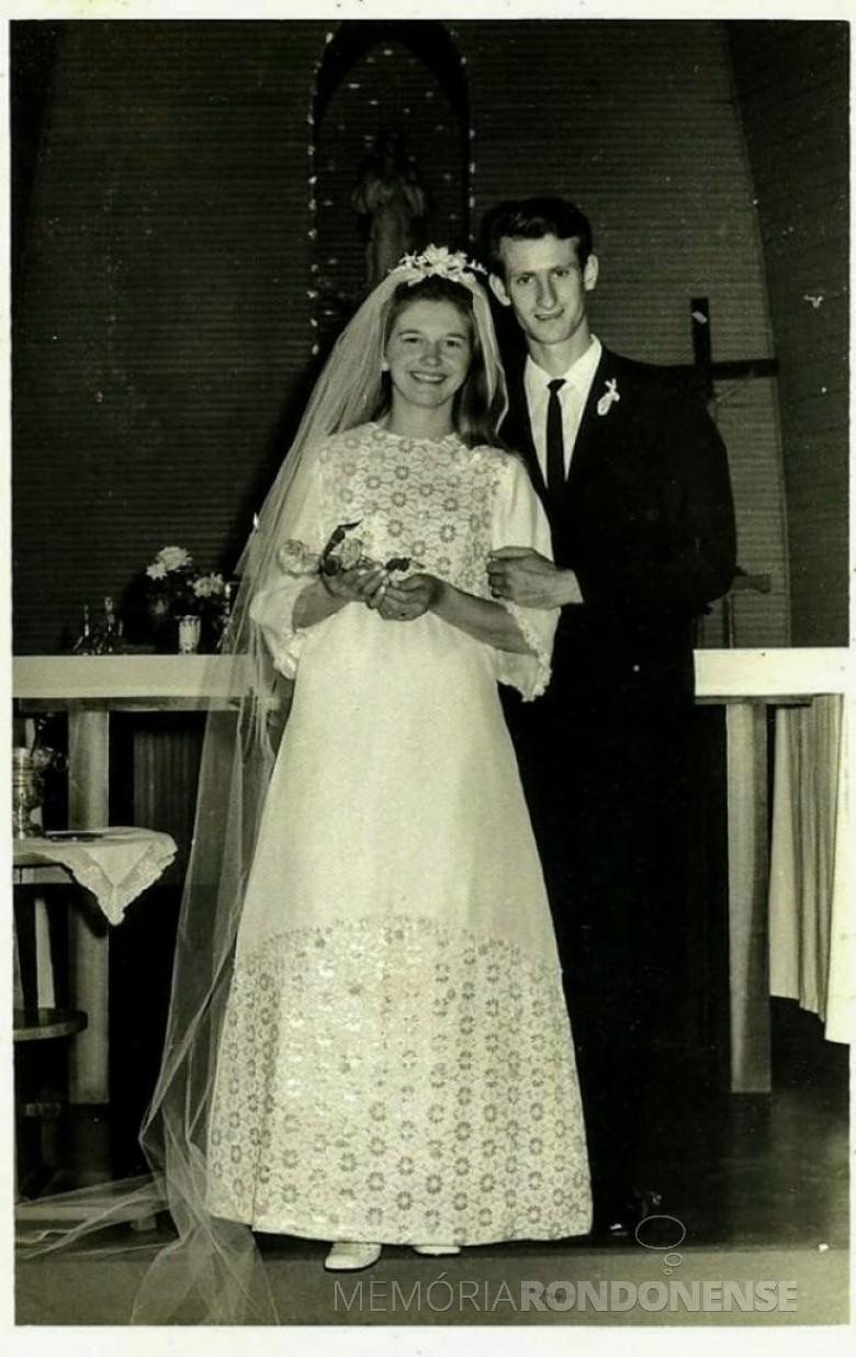 Casamento dos jovens quatropontenses Senilda Irene Rukhaber e Rubi Leopoldo Kerkhofen, em setembro de 1971.  Imagem: Acervo do casal - FOTO 5 -