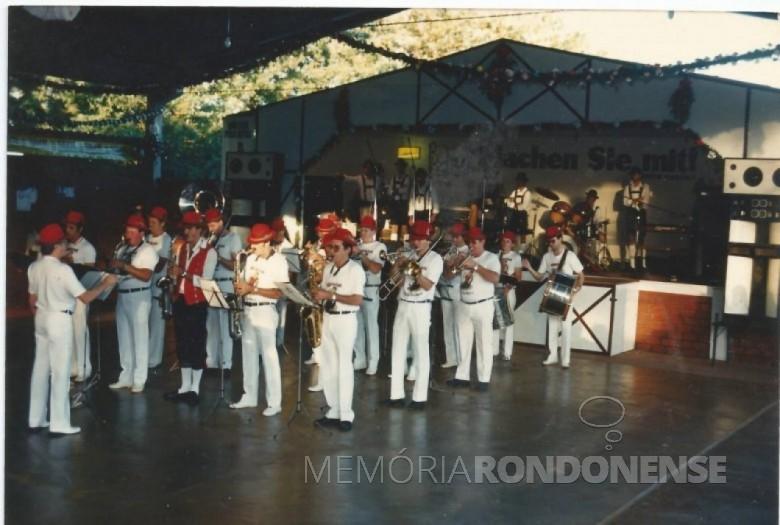 A Banda Municipal de Marechal Cândido Rondon se apresentando na Oktoberfest de 1980. Imagem: Acervo Matias Graff  - FOTO 2 -