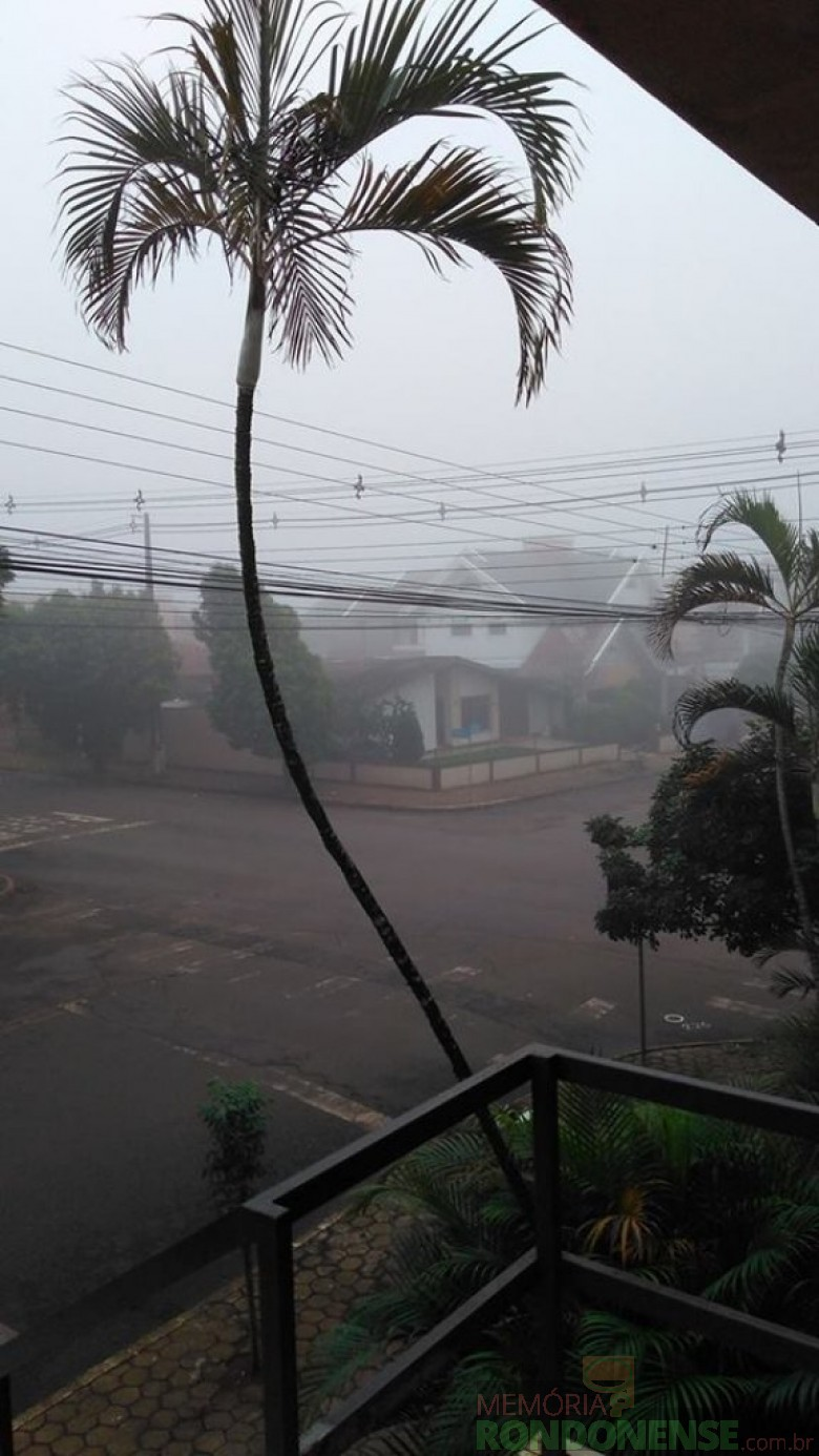 Neblina que cobriu a cidade de Marechal Cândido Rondon, em 20 de maio de 2017, no período vespertino. Fotografia feita a partir do prédio Tonin, na esquina das duas Men de Sá e Espírito Santo. Imagem: Acervo Gemira Dolores Betin  - FOTO 5 -