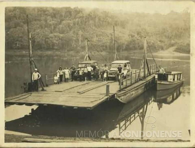 Balsa que fazia a travessia do Rio Iguaçu, entre Dois Vizinhos e Quedas do Iguaçu, e que afundou em 19 de setembro de 1973.  Imagem: Acervo Nildo José Neckel - Dois Vizinhos - FOTO 6 -
