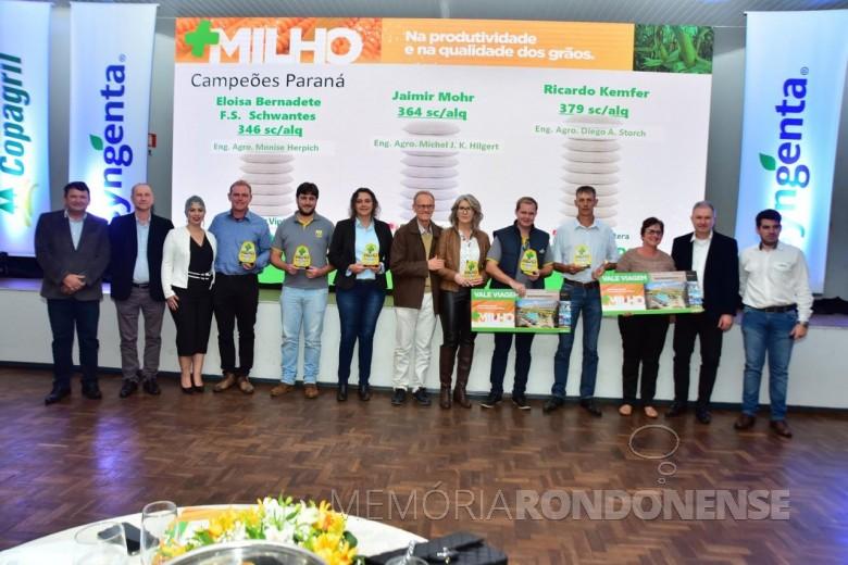 Diretores da Copagril e representante da Syngenta com os produtores premiados no Grano Top Milho 2018.  Imagem: Acerco Comunicação Copagril - Crédito: Marcelo Leobett - FOTO 16 -