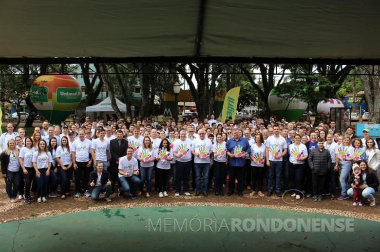 Grupo de voluntários com dirigentes de cooperativas e entidades que desenvolveram a agenda programática do Dia C 2018, em Marechal Cândido Rondon.  Imagem: Acervo Imprensa Copagril - FOTO 10 -
