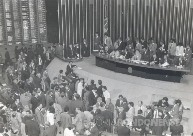 Sessão especial de Câmara de Deputados que aprovou a abertura do processo de impedimento do então presidente Fernando Collor de Mello, em final de setembro de 1992.  Imagem: Acervo Rádio Jovem Pan - FOTO 2 -