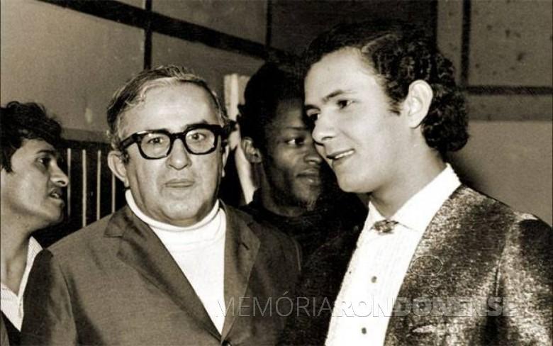 Cantor Paulo Sérgio (à direita) com o comunicador Chacrinha (ambos falecidos).  Paulo Sérgio foi um artista da Jovem Guarda muito afamado nos anos finais da década de 1960 e nos anos de 1970.  Imagem: Acervo Memorial Chacrinha - FOTO 6 -