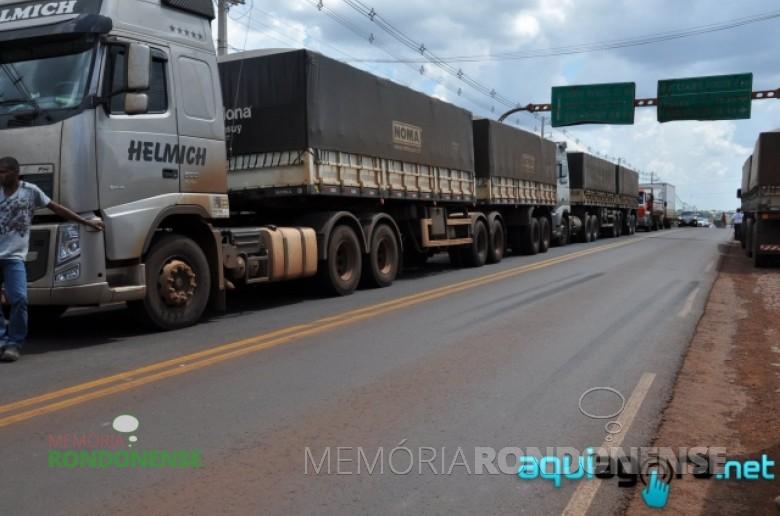 Paralização de caminhoneiros na BR-163 - trecho Marechal Rondon - Quatro Pontes - durante a greve nacional da categoria.  Imagem: AquiAgora.net Crédito: Jonas Kempp - FOT0 5 -
