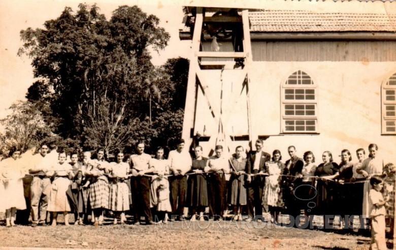 Flagrante do padrinhos e madrinhas dos eventos pertinentes a benção e inauguração do sino da comunidade católica de Novo Horizonte, em outubro de 1956.  Imagem: Acervo Rolf Kaefer - FOTO 2 -