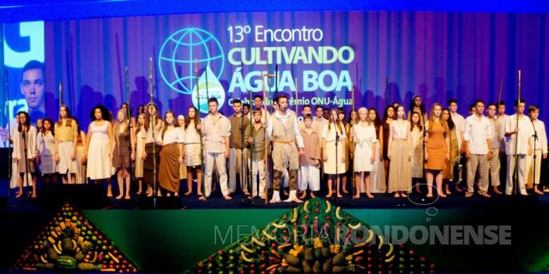 Coro Juvenil de Marechal Cândido Rondon se apresentando no Encontro  Cultivando Água Boa,  na cidade de Foz do Iguaçu, em 18 de março de 2016. Imagem: Acervo Memória Rondonense - FOTO - 9 -